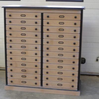 Meuble de rangement sur-mesure – 24 tiroirs