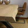 bords-irreguliers-table-salle-a-manger-contemporaine-bois-massif-pied-robuste-acier-noir-mat-meubles-gibaud