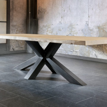 FABRIQUÉE SUR-MESURE / la table design NYLS avec son plateau en chêne massif et son pied robuste en métal