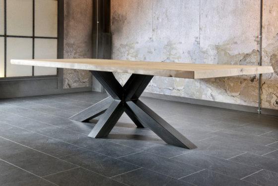 FABRIQUÉE SUR-MESURE – la table design NYLS avec son plateau en chêne massif et son pied robuste en métal