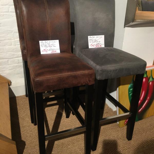 Chaise haute en tissus gris et marron - pieds en pin massif. PRIX DESTOCKAGE : 136 € au lieu de 195 € !