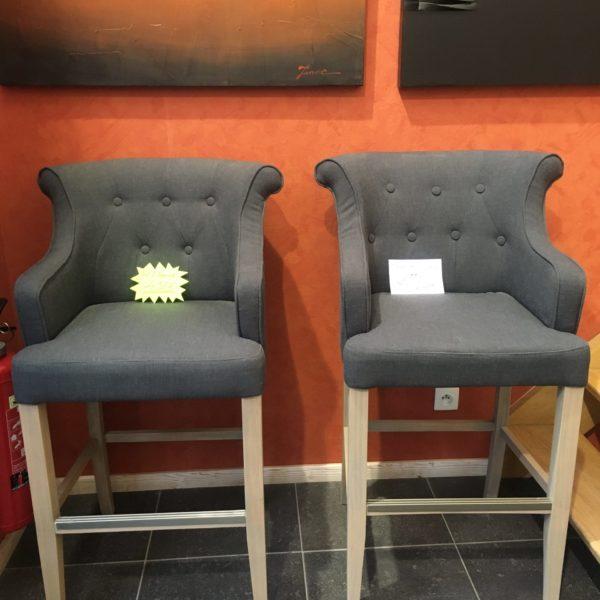 Chaise haute confortable DAISY - assise tissu gris anthracite et pied bois.PRIX DESTOCKAGE : 248 € au lieu de 355 € !